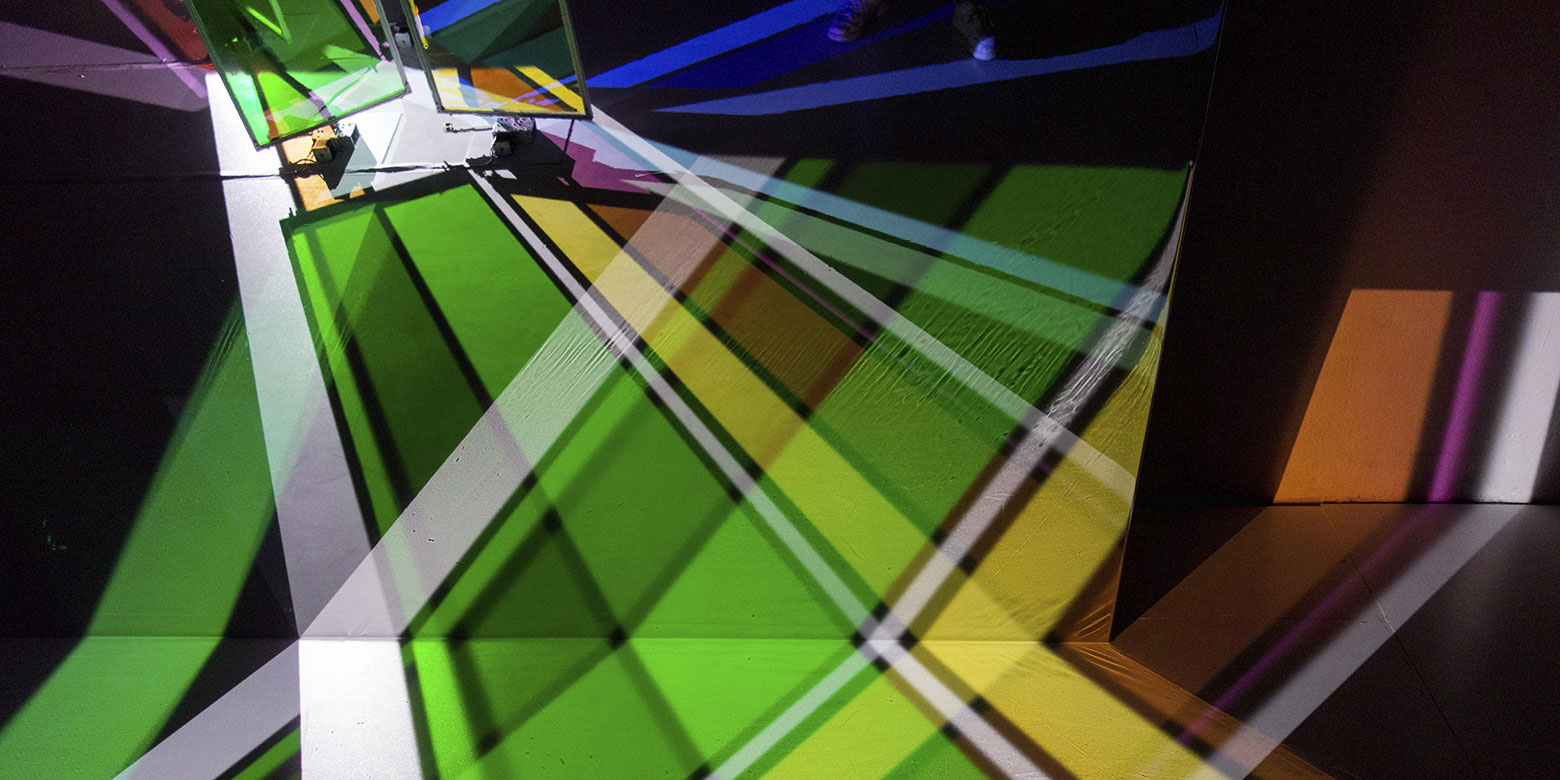 "Yoko Seyama - ""Saiyah2"" - Installation: Farbeffekt-Beleuchtungsfilter"