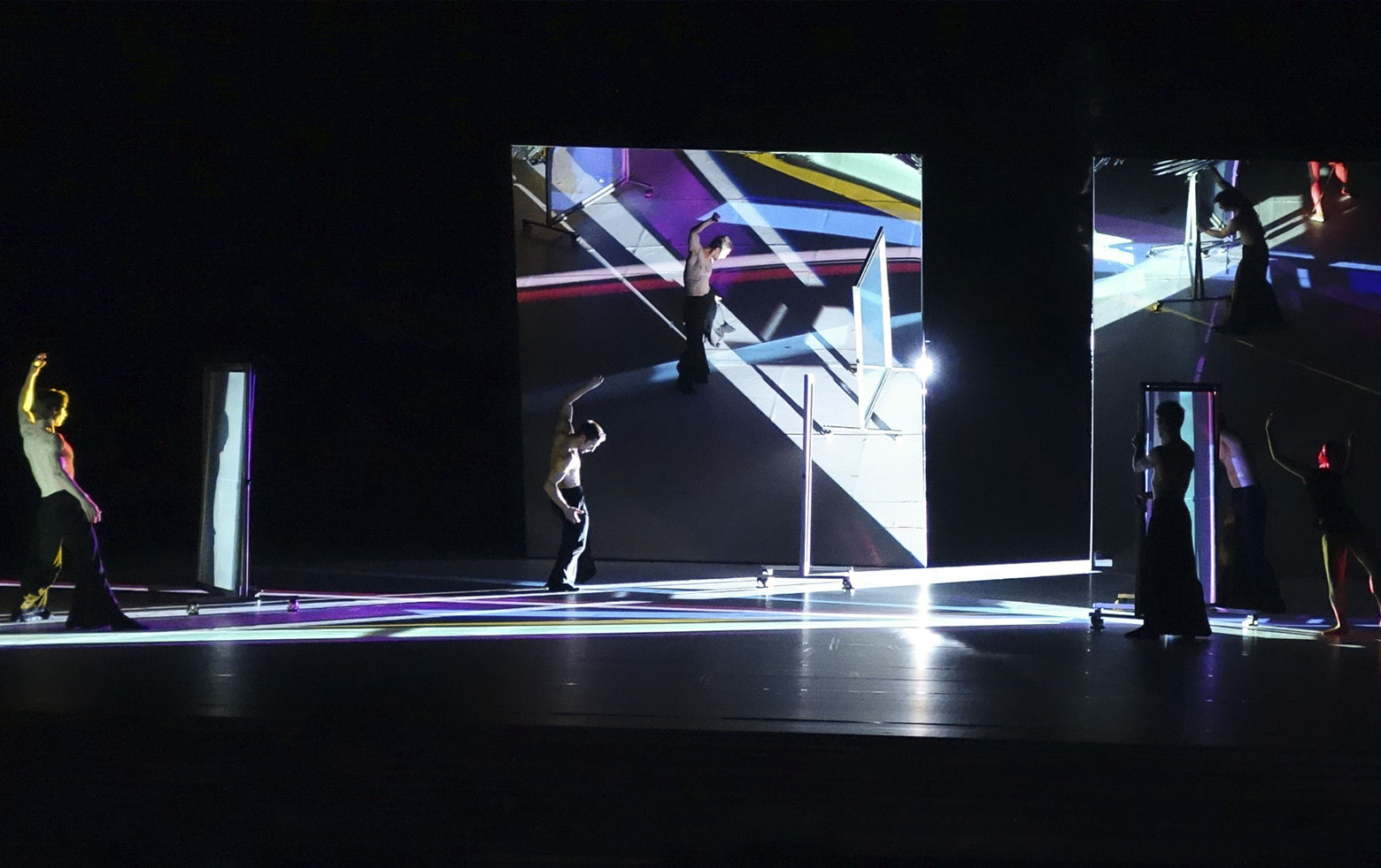 "Yoko Seyama, stage design with dichroic filters ""Moving Colours"""