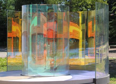 """Begehbare Skulptur aus gebogenem dichroitischen Glas - Inga Danysz  """"Color Fields"""""""