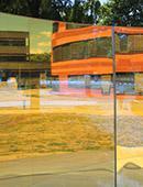 "Großskulptur aus gebogenem Farbeffekt-Glas - Inga Danysz  ""Color Fields"""